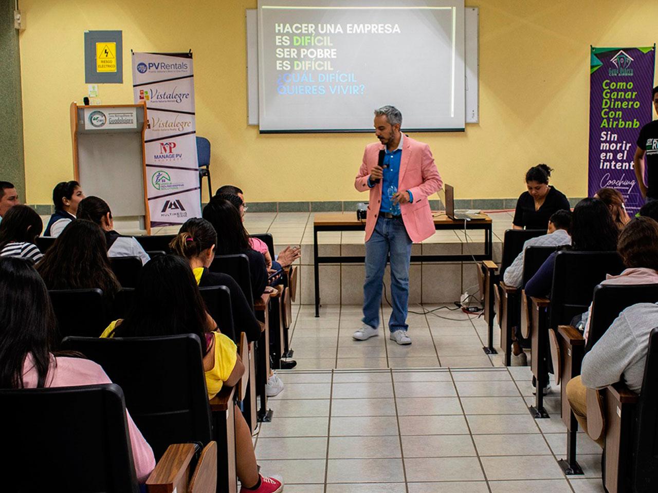 Alex Díaz dando ponencia sobre como ganar dinero con Airbnb a la nueva generación de estudiantes en la universidad metropolitana de la zona de guadalajara